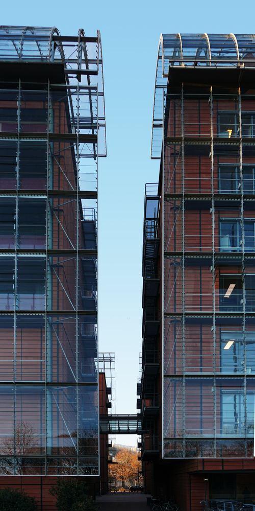Stillaser mellom to høye bygninger